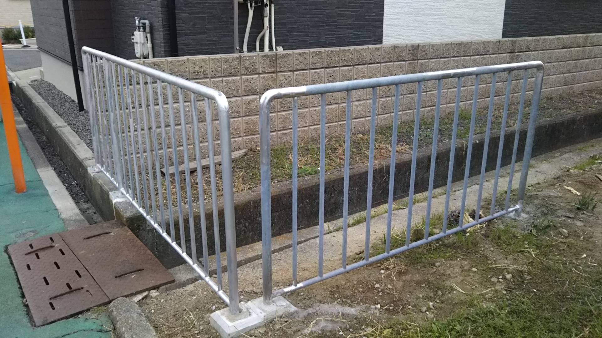 転落事故あった水路の柵が拡張されました。
